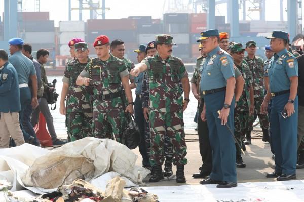 印尼國軍總司令哈迪(圖中蓄鬍者)表示,今天上午救難機構的負責人向他匯報了JT610的座標。(歐新社)
