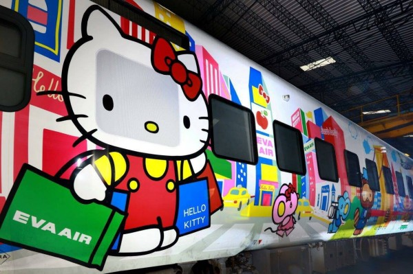 台鐵新太魯閣號Hello Kitty彩繪列車卡哇伊亮相。(台鐵提供)
