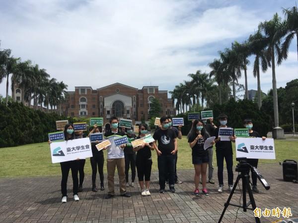 台大學生會與校內多個系所學生會,今天中午發起反空污小遊行,訴求政府應積極面對空污對中南部造成的區域不正義。(記者林曉雲攝)