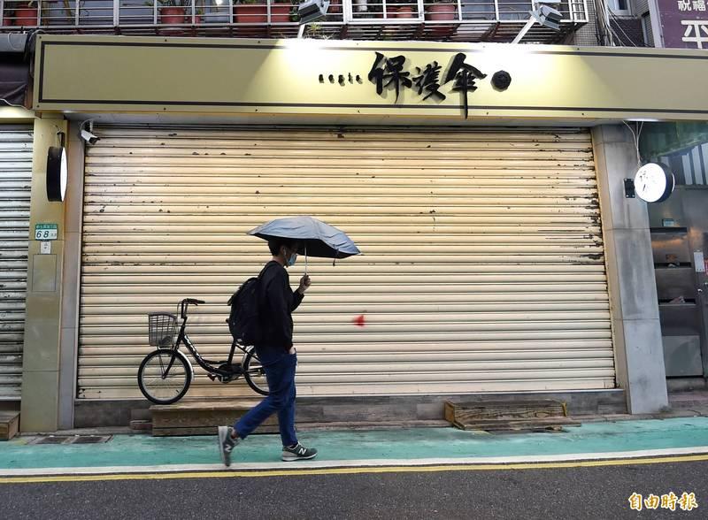 北市餐廳「保護傘」昨中午突遭人潑雞糞。(資料照)