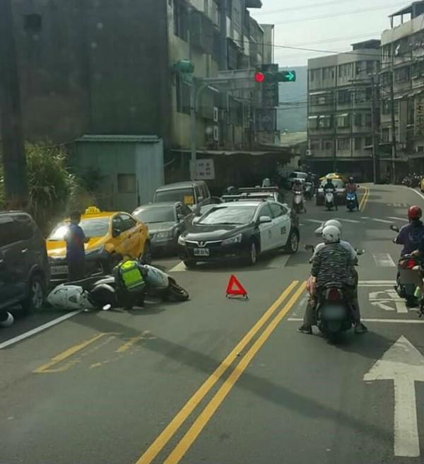 張姓男騎士將騎著警用機車的鄭姓警員撞倒成傷。(取自臉書爆料公社)