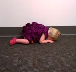 哭到最後派柏已經體力不支,便跪趴在地上。(圖擷取自YouTube)