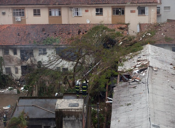 巴西一架私人飛機今天墜落在住宅區內,警方表示傷亡慘重,但確實數字還無法掌握。(法新社)