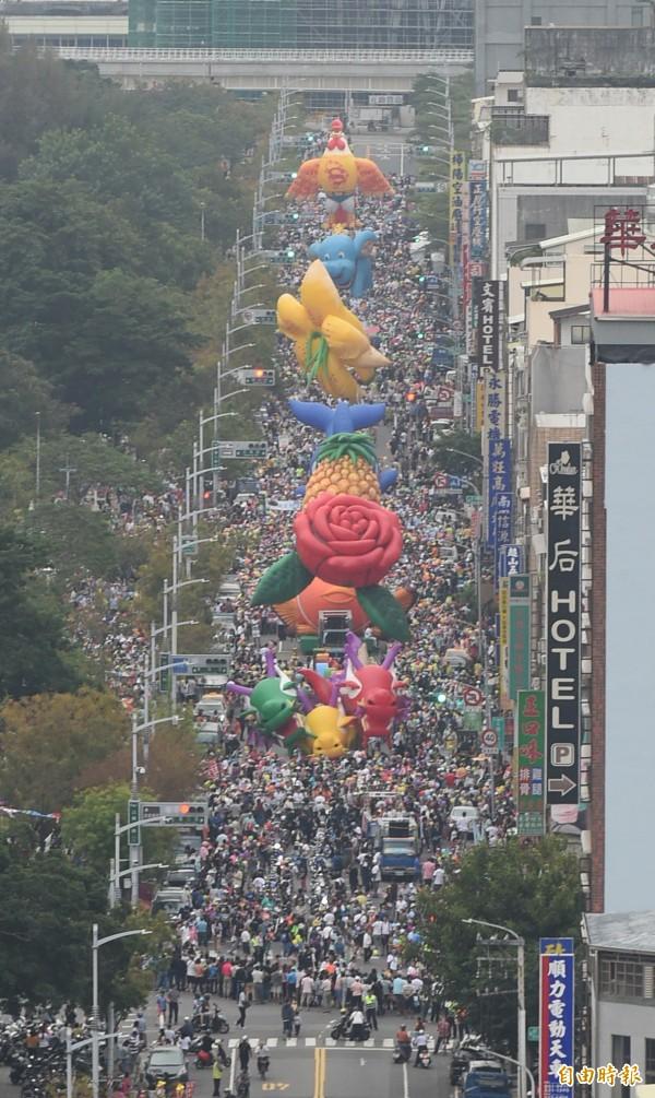 高雄「weCARE大氣球遊行」湧入8萬人。(記者張忠義攝)