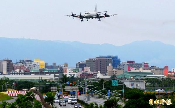 P-3C完任戰備偵巡任務,平安返回空軍花蓮基地。(記者游太郎攝)