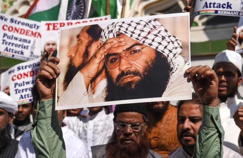 巴基斯坦激進組織「穆罕默德軍」(Jaish-e-Mohammad )的領袖烏邁爾(Mohammed Umair)被認為是爆炸案主謀,抗議群眾高舉其照片,要求官方盡速繩之以法。(法新社)