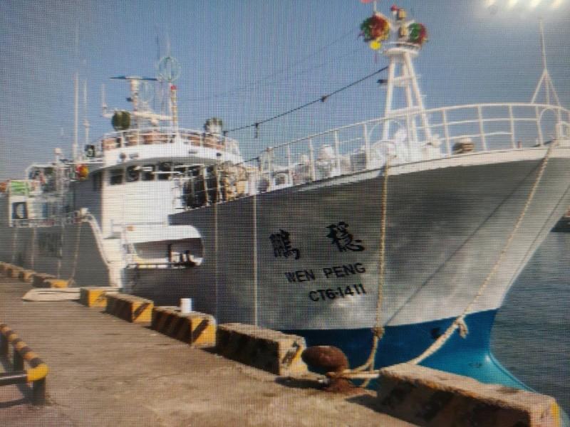 屏東東港籍的漁船「穩鵬號」今天凌晨驚傳菲籍漁工發生械鬥,目前據傳1名船員死亡、1名船員重傷。(記者陳彥廷翻攝)