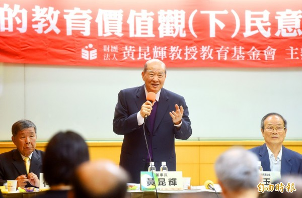 Professor Huang Kun-huei Education Foundation president Huang Kun-huei yesterday in Taipei announces the results of a poll showing that a majority of Taiwanese support making English Taiwan's official second language. Photo: Chien Jung-fong, Taipei Times