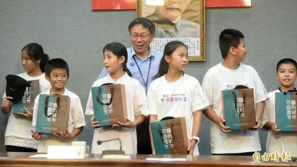 台北市長柯文哲勉勵將到日本圓夢的小朋友。(記者林正堃攝)