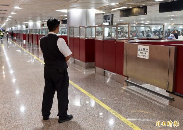 第三航廈執行不力遭砍28億預算,桃機喊明年9月開工。圖為第二航廈證照查驗臺閘門。(資料照)
