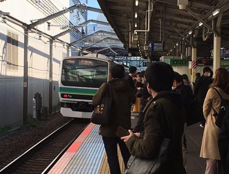 日本JR常磐線快速列車在千葉縣柏車站差點過站不停,駕駛員坦承當時睡魔來襲。(圖擷自@Shinononome2100推特)