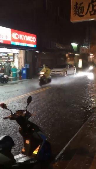 台南民眾拍攝影片指出,現部分道路已出現積水情形。(圖擷取自爆廢公社)