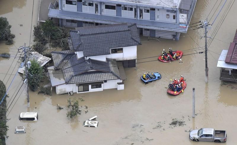 救難人員搭橡皮艇救災。(美聯社)