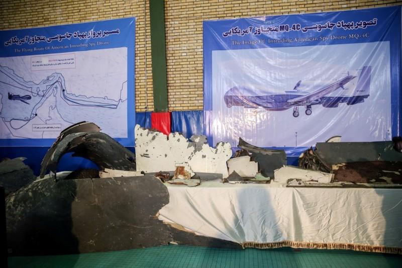 伊朗昨天(21日)公開展示美軍無人機殘骸。(路透)