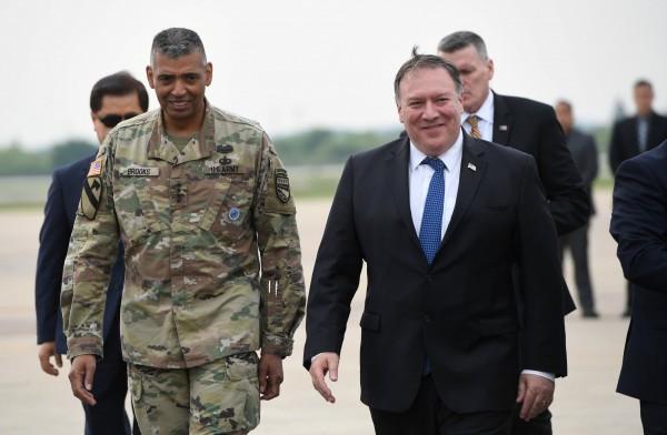 美國國務卿龐皮歐(右)週三傍晚搭乘專機抵達位於京畿道平澤市的駐韓美軍空軍基地。左為駐韓美軍司令布魯克斯(Vincent K. Brooks)。(路透)