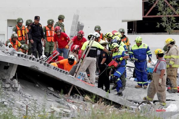 墨西哥東北部蒙特雷市(Monterrey)一個座興建中的購物商場今(12)日倒塌,目前已有7人死亡、9人失蹤。(路透)