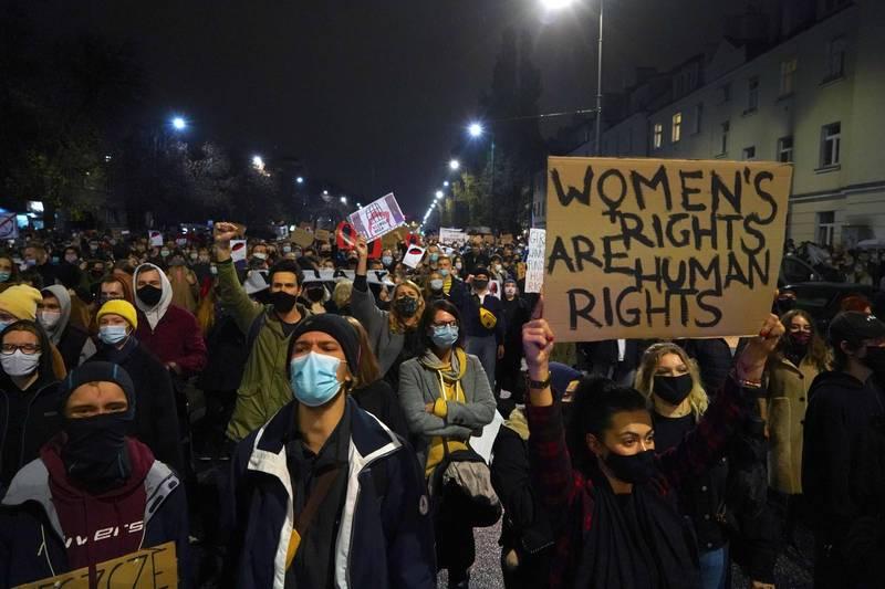 波蘭最高法院日前宣布,因胎兒「先天性障礙」而墮胎違憲,引發民眾不滿,上萬人23日在波蘭各地抗議。(法新社)