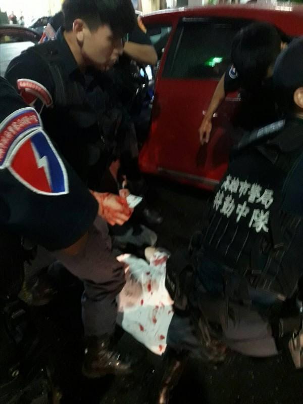 高市保大特勤中隊雷虎59警組警員洪晉揚、施建安及林侑廷等3人,昨夜巡邏遭通緝犯謝男持刀襲擊受傷,仍負傷肉搏壓制逮捕嫌犯。(高雄市警察局提供)