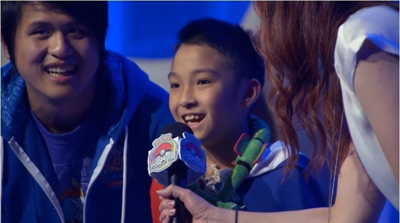 年度寶可夢玩家盛會「寶可夢國際錦標賽」稍早傳出捷報,台灣的10歲男孩吳比拿下兒童組世界冠軍,並且全程都披著國旗決鬥,令台灣人相當感動。(圖片擷取自youtube.)