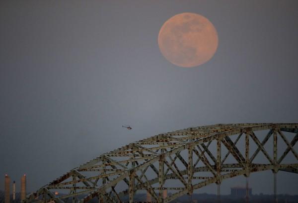 日本政府官員昨(21)日指出,目前正準備在6月召開專會,研議立法開發月球或其他宇宙資源。(美聯社)