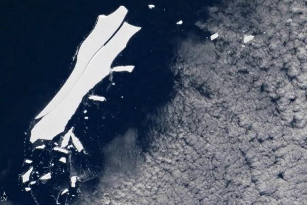 畫面中可見,「B-15Z」中間有明顯裂痕,邊緣不斷分裂出其他冰山。(圖擷自《NASA》官網)