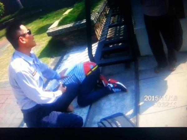 南市一分局員警壓制出面取款的李姓少年車手。(記者王俊忠翻攝)