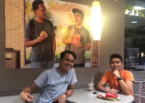 馬拉維拉和托雷多將自製的海報掛在麥當勞牆上。(圖擷取自推特)