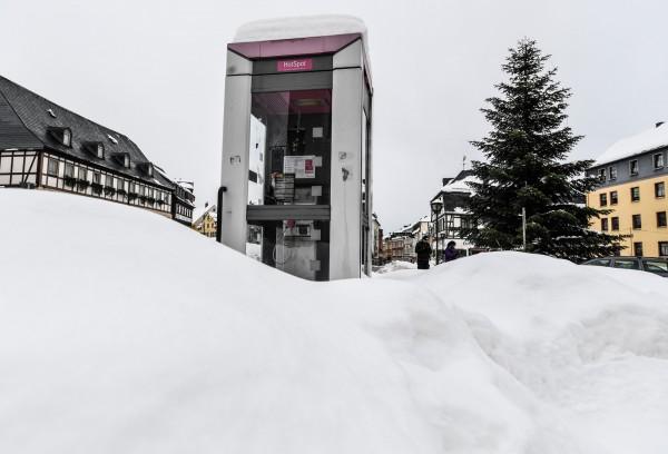 德國小鎮被暴雪侵襲停課。(歐新社)