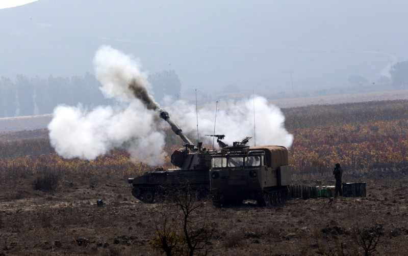 美國陸軍研發延伸射程砲兵(ERCA),以M109自走砲搭配XM1113火箭增程彈,目前射程已達到72公里。M109自走砲射擊示意圖。(歐新社)