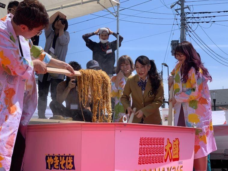 主辦單位特別製作了一個大型泡麵碗,裡面放入了1500袋泡麵。(圖擷取自推特@kato_ichika)
