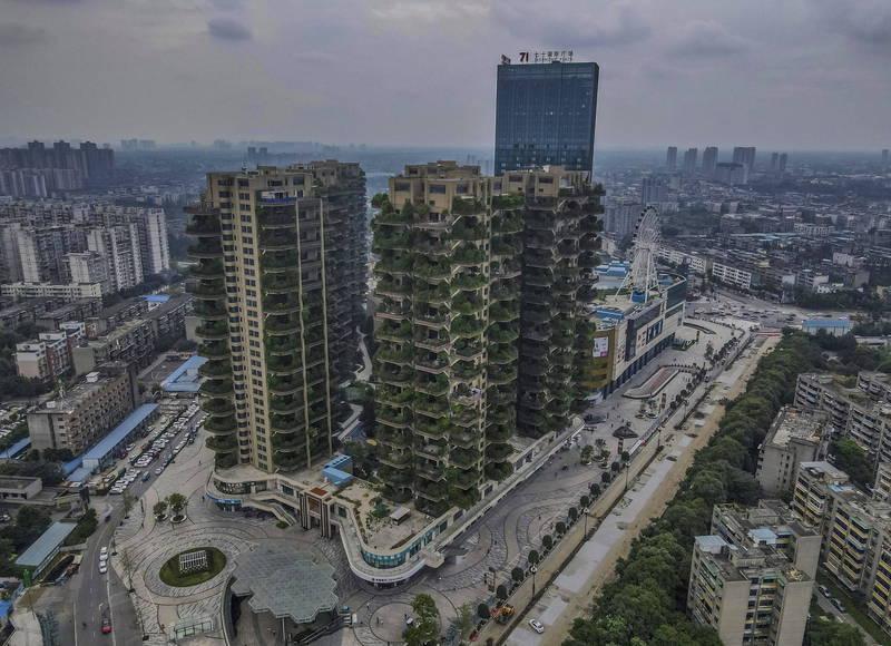 中國去年興起「垂直森林」式實驗建築,號稱可隔絕霧霾與提供新鮮空氣,首個示範點位在四川成都,但由於入住率太低,導致植物生長旺盛、蚊蟲孳生,呈現出一種「末日電影」般的場景。(法新社)