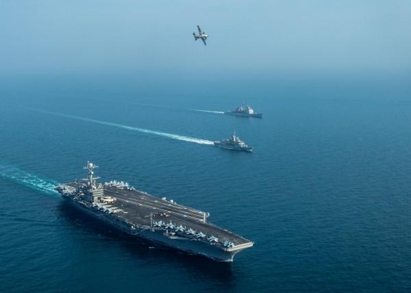 美軍史坦尼斯號航空母艦派出C-2灰狗式運輸機降落斯里蘭卡機場接收物品。(法新社)