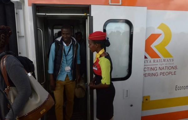 參與試乘的肯亞商人指出,車上小冊子寫的是中文、工作人員穿的是代表中國國旗的紅金色,讓新鐵路感覺「一點都不肯亞」。(資料照,法新社)