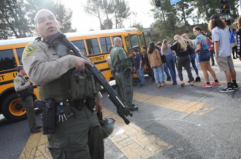 美國南加州聖塔克拉利塔市(Santa Clarita)的索古斯高中(Saugus High School)14日發生槍擊案。(法新社)