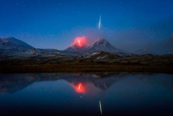 德國攝影師幸運地在一張照片中同時捕捉到爆發的火山與流星。(圖擷取自Tomas Van Der Wiejden的Instagram)