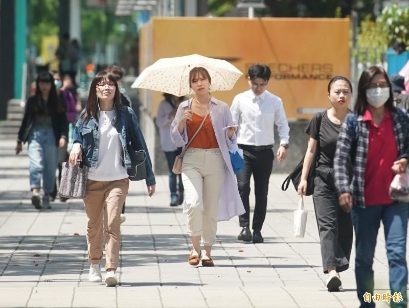 今天各地天氣晴朗炎熱,台東大武測到全台最高溫37.3度,台北36.7度及板橋測站35.7度則創下該站今年最高溫。(記者黃志源攝)