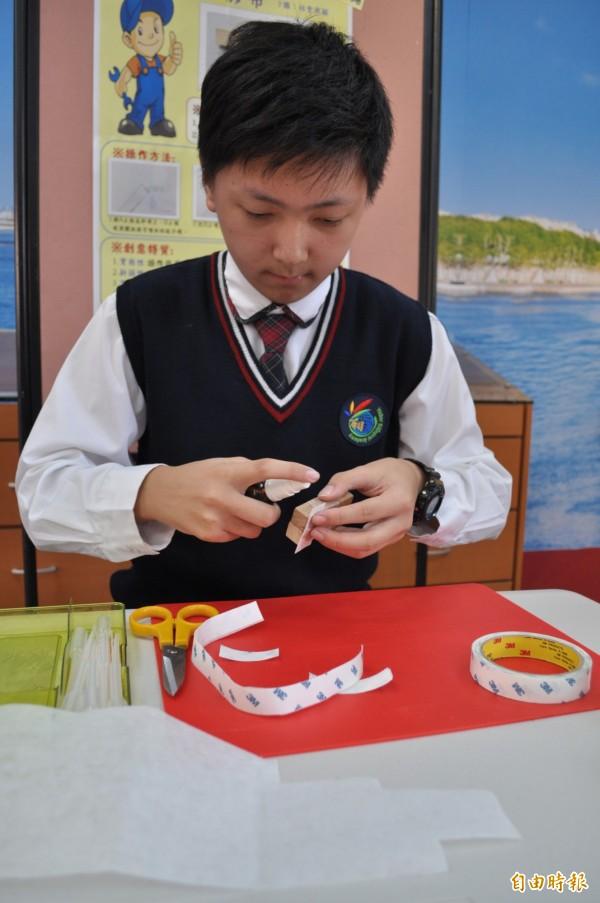 有得雙語國中小國中部學生張博堯發明「鋼土膠帶」,贏得桃園市今年度發明展競賽特優。(記者周敏鴻攝)