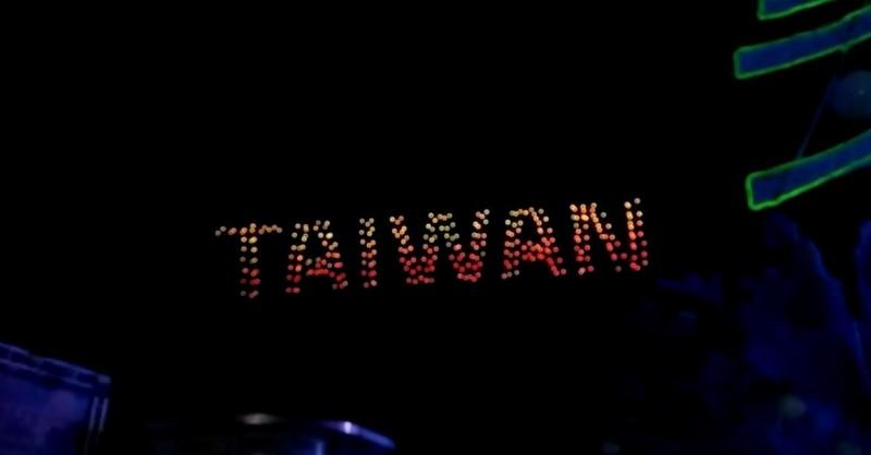 無人機排出「TAIWAN」字樣。(圖擷自YouTube)
