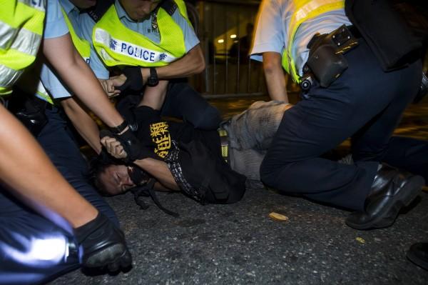 有示威者被警方制伏在地上。(路透)