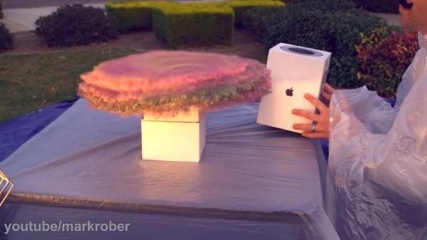 前NASA工程師化悲憤為力量,和朋友自製「七彩驚喜包」要來惡整偷包裹的竊賊,只要一拆開就會被七彩亮粉噴滿全身。(圖擷取自Youtube)