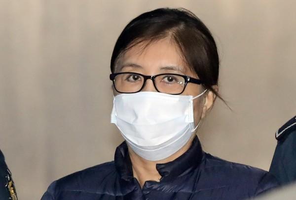 導致南韓前總統朴槿惠下台的「閨密干政門」主角崔順實,遭韓檢方求處25年有期徒刑,還要罰款與追回近35億台幣不當所得。(法新社)