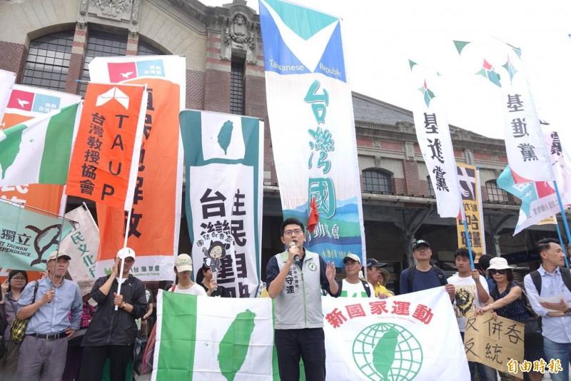 908台灣國及眾多本土社團合作,一起在市府廣場及台中火車站設兩個點,要對中國團體嗆聲抗議。(記者廖耀東攝)