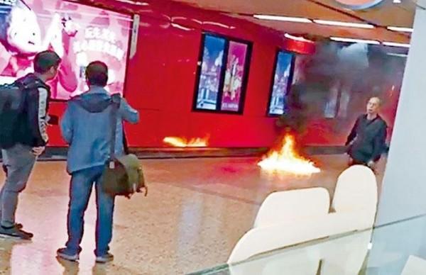 港鐵旺角站售票大堂昨日離奇發生火警,地上火勢一度猛烈。(香港《星島日報》)