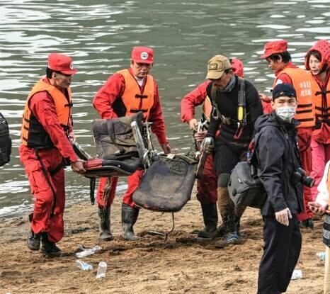 搜救人員也尋獲復興航空一組座椅。(記者王敏為攝)