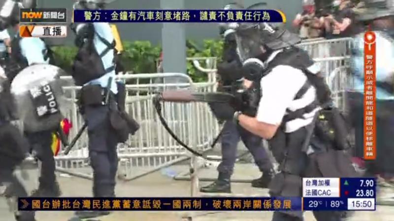 反送中示威爆發警民衝突,警方拿出長槍,向群眾發射布袋彈。(擷取自《Now新聞台》直播)