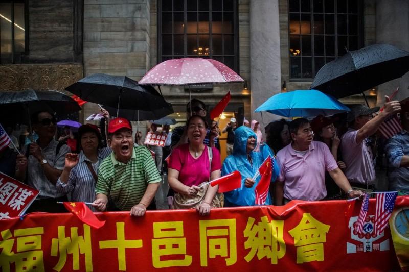 中國福州十邑同鄉會據信疑受中共動員,前往場外鬧事。(路透)