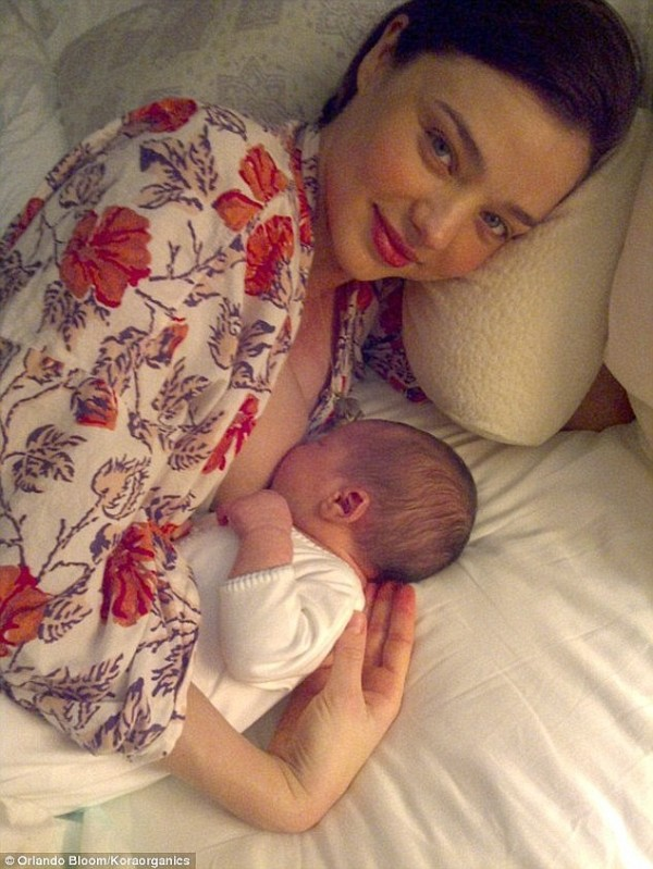 澳洲超模米蘭達‧凱兒則是在社群媒體上公布自己的哺乳照。(圖擷自《每日郵報》)