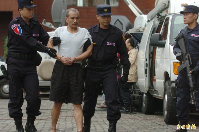 薛球在2004年被警方自中國輾轉經過馬祖後押解回台,當時警方荷槍持彈戒護,不敢稍有鬆懈。(資料照)