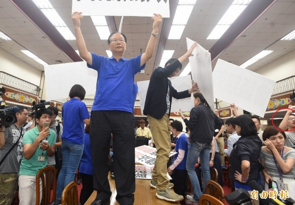 經立院查證,中時電子報的水球男(紅圈處)是國民黨立委徐志榮助理帶進立院的。(記者廖振輝攝)