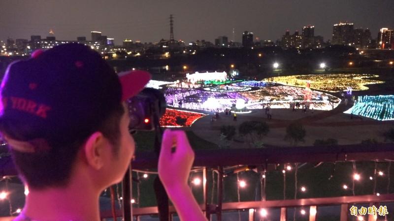 民眾特別帶著單眼前來拍攝這一年一度光雕美景。(記者張家寶攝)